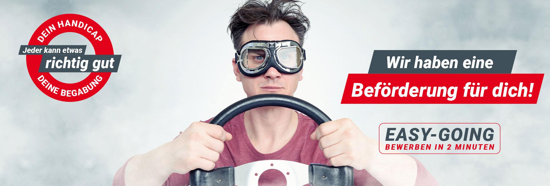 Junger Mann mit Fliegerbrille hält Lenkrad. Werde Chauffeur im Fahrdienst bei FDS