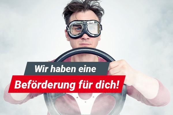 Photomontage, junger Mann im Nebel, trägt Schutzbrille und hält ein Lenkrad -Bewerbung Fahrdienst. Jetzt bewerben als Fahrdienst-Mitarbeiter